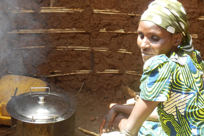 Frau in Ruanda mit Koch