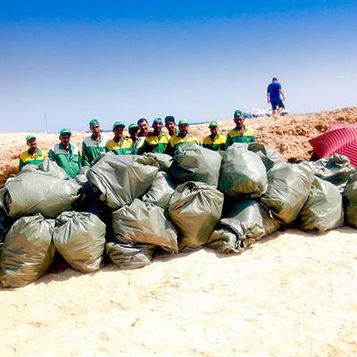 ETI Gruppenfoto mit gesammelten Müll in Ägypten