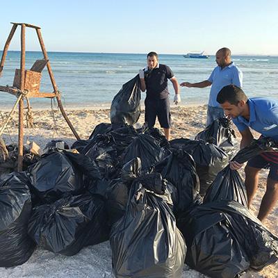 ETI Gruppenfoto mit gesammelten Müll mit Plastik in Ägypten