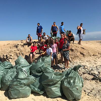 ETI Gruppenfoto mit gesammelten Plastikmüll in Ägypten