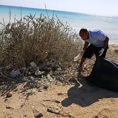 ETI Säuberung von Plastik am Strand in Ägypten