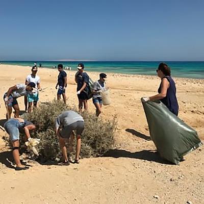 ETI Strand Gruppe von jungen Leuten beim Sammeln von Plastik in Ägypten