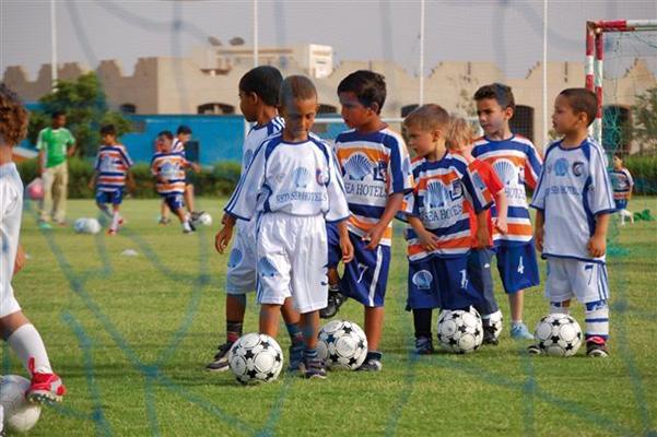 Kinder die Fußball im Grand Football Club spielen