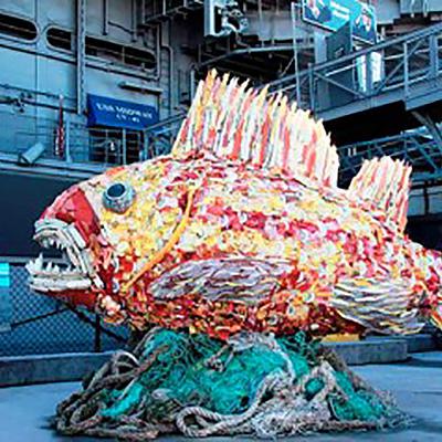 Kunstwerk eines Fisches aus Müll