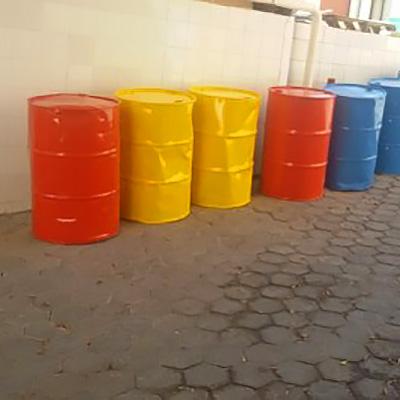 Bemahlte Ölfässer von Kindern