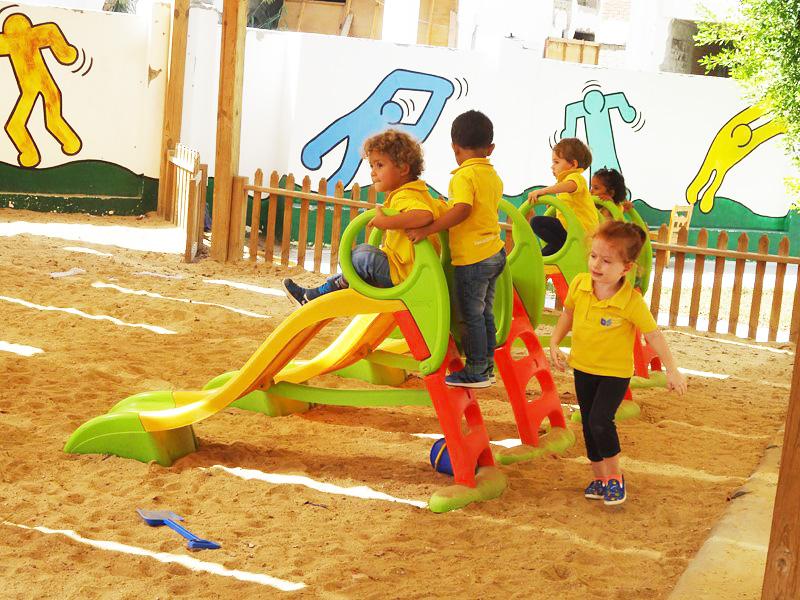 Gelbe Uniform der Kinder